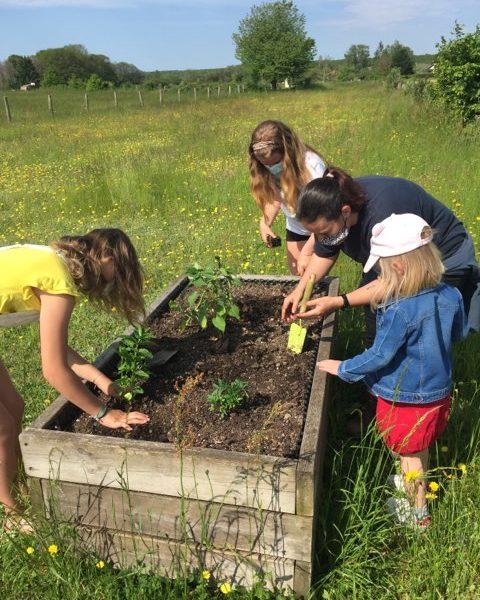 Atelier jardinage pour les enfants du périscolaire